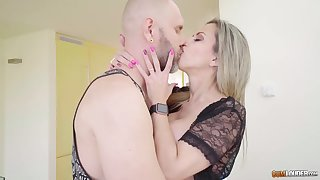 Denuded tattooed BF kneels down to lick juicy messy pussy of blonde