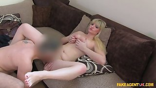 Horny Camgirl Makes The Jump Distance from Online At hand On Dick